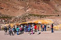 TURISTAS MIRANDO EL PUENTE DEL INCA, PUENTE DEL INCA, PROVINCIA DE MENDOZA, ARGENTINA (PHOTO © MARCO GUOLI - ALL RIGHTS RESERVED)