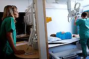Amalie Petersen har b&oslash;rnegigt og er til unders&oslash;gelse p&aring; Skejby Sygehus.<br /> Dan Pradsgaard &ndash; ph.d, foretager en r&aelig;kke af unders&oslash;gelserne  som led i et forskningsprojekt om unders&oslash;gelsesmetoder til b&oslash;rn med gigt (tlf. kontor: 89496770 eller mobil: 40624887)<br /> <br /> 27.04.2011 &copy; 2011 Jesper Balleby