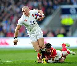 Mike Brown of England takes on the Wales defence - Mandatory byline: Patrick Khachfe/JMP - 07966 386802 - 12/03/2016 - RUGBY UNION - Twickenham Stadium - London, England - England v Wales - RBS Six Nations.