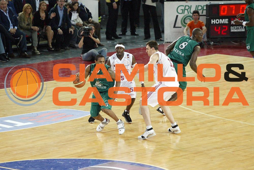 DESCRIZIONE : Roma Lega A1 2006-07 Playoff Semifinale Gara 2 Lottomatica Virtus Roma Montepaschi Siena<br /> GIOCATORE : Terrell Mc Intyre<br /> SQUADRA : Montepaschi Siena<br /> EVENTO : Campionato Lega A1 2006-2007 Playoff Semifinale Gara 2<br /> GARA : Lottomatica Virtus Roma Montepaschi Siena<br /> DATA : 02/06/2007 <br /> CATEGORIA : Palleggio<br /> SPORT : Pallacanestro <br /> AUTORE : Agenzia Ciamillo-Castoria/G.Cottini