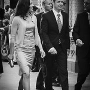 Her ankommer H.K.H. Kronprins Frederik sammen med H.K.H. Kronprinsesse Mary i festligt humør.