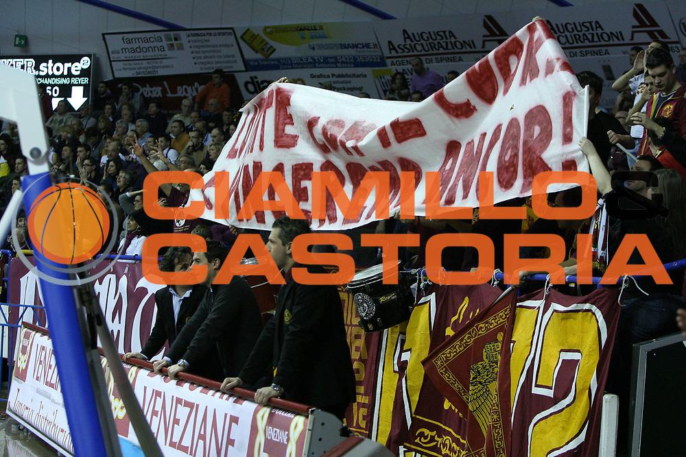 DESCRIZIONE : Venezia Lega A2 2009-10 Umana Reyer Venezia Bialetti Scafati<br /> GIOCATORE : Tifosi Reyer<br /> SQUADRA : Umana Reyer Venezia <br /> EVENTO : Campionato Lega A2 2009-2010<br /> GARA : Umana Reyer Venezia Bialetti Scafat<br /> DATA : 24/01/2010<br /> CATEGORIA : Tifosi<br /> SPORT : Pallacanestro <br /> AUTORE : Agenzia Ciamillo-Castoria/G.Contessa<br /> Galleria : Lega Basket A2 2009-2010 <br /> Fotonotizia : Venezia Campionato Italiano Lega A2 2009-2010 Umana Reyer Venezia Bialetti Scafati<br /> Predefinita :
