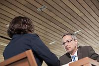 Österreich, Geschäftsmann und Geschäftsfrau bei Meeting in Restaurant, Arbeitsgespräch, Verhandlungsgespräch, starke Untersicht, unangenehm