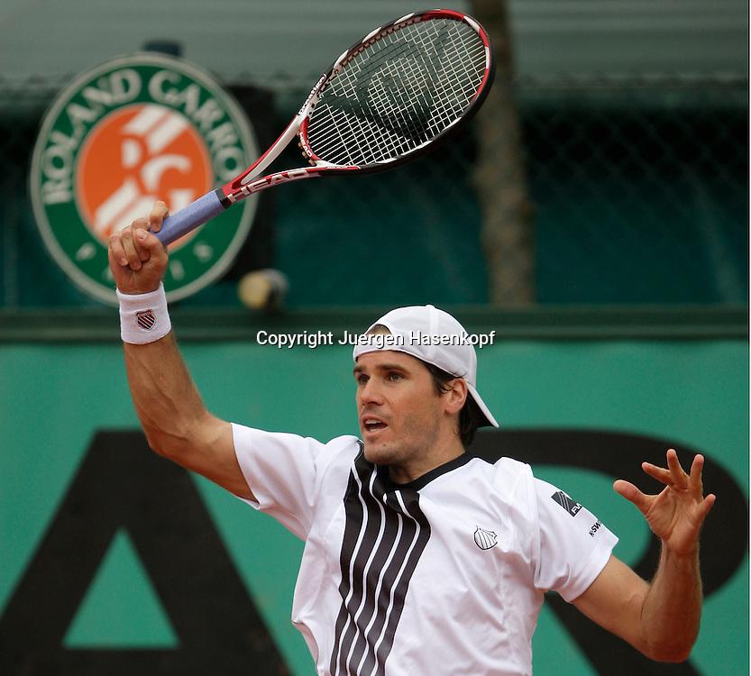 French Open 2009, Roland Garros, Paris, Frankreich,Sport, Tennis, ITF Grand Slam Tournament, <br /> Tommy Haas (GER)  spielt eine Vorhand,forehand,action,Schlagende,Rolnad Garros Logo<br /> <br /> <br /> <br /> Foto: Juergen Hasenkopf