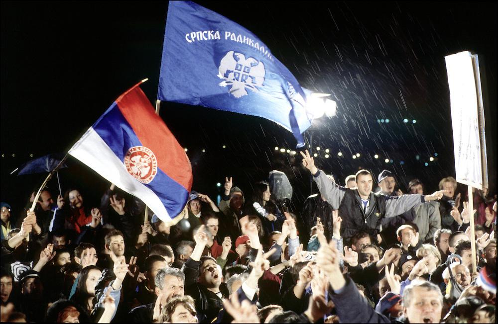 10 APR 1999 - Belgrado (Serbia, Jugoslavia) - XXIII giorno di guerra - Manifestazione e concerto sul ponte Brenkov per impedire il bombaramento del ponte. La manifestazione termina intorno alle 22.30, gli aerei arrivano ogni notte dopo la mezzanotte