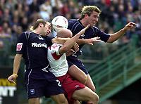 Fotball<br /> 2004/2005<br /> Foto: SBI/Digitalsport<br /> NORWAY ONLY<br /> <br /> Brighton v Sheffield United<br /> <br /> Coca-Cola Championship 02/10/04.<br /> <br /> Brighton defence squeeze out the Sheff U attacker.