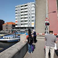 Nederland, Zaandam , 5 juli 2013.<br /> Wandeling door de binnenstad van Zaandam.<br /> Starten bij De Werf aan de Oostzijde. Daarvandaan kun je lopen op een soort boulevard tussen de flats en het water. De eerste stop is De Fabriek, filmhuis en eetcafé met terras aan de Zaan met uitzicht op de sluis. Daarna de sluis zelf.<br /> Dan langs het winkelgebied richting de Koekfabriek: Het oude Verkade pand dat is verbouwd en waar nu de bieb en sportschool en restaurant etc. in zitten.<br /> (Dat is aan de overkant van het startpunt) en misschien nog de Zwaardemaker meepakken aan de Oostzijde. Dat is een oud pakhuis die Rochdale enige jaren geleden heeft verbouwt tot appartementen met een stukje Nieuwbouw.<br /> Ook doen: het Russische buurtje vlakbij de Zaan. Dit jaar staat Rusland in de schijnwerpers en Zaandam heeft een speciale band met Rusland, vanwege het Czaar Peterhuisje en de Russische buurt. <br /> Op de foto: 1 van de bruggen die de Oostzijde met de Westzijde van Zaandam verbindt.<br /> Foto:Jean-Pierre Jans
