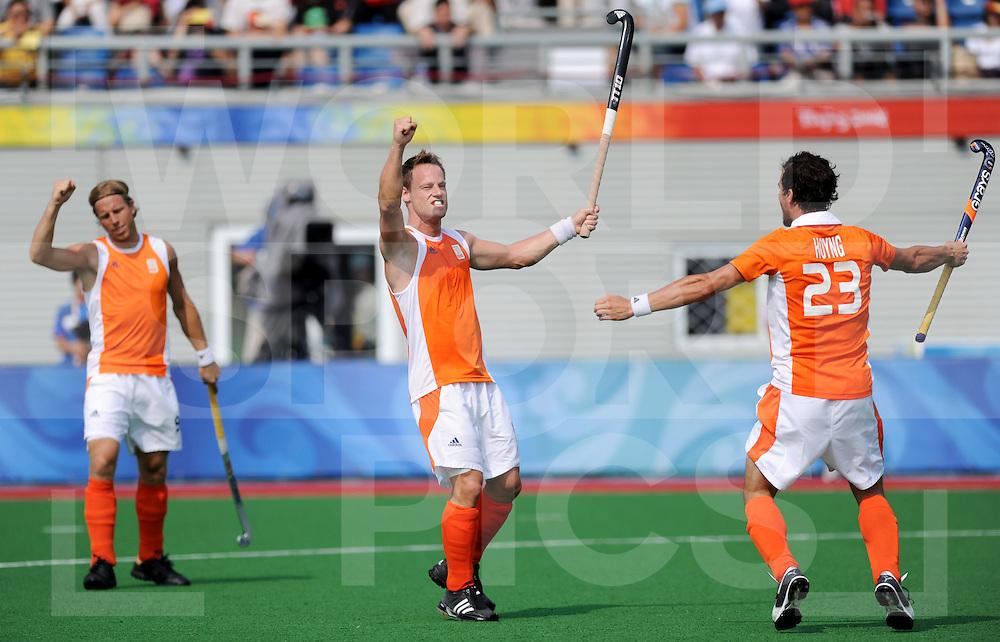 Beijing Olympic Green Hockey Stadium - Hockey..Netherlands vs Pakistan 4-2..Teake Taekema scores a penaltycorner,....photo: l-to-r: Roderick Weusthof, Teake Taekema and Timme Hoyng.Herzberger on the right...photo:wsp/Frank Uijlenbroek..