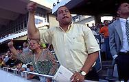 Un hombre aupa al caballo apostado, con la típica sacudida de mano.  A fond man during competition. (Ramón Lepage/Orinoquiaphoto)
