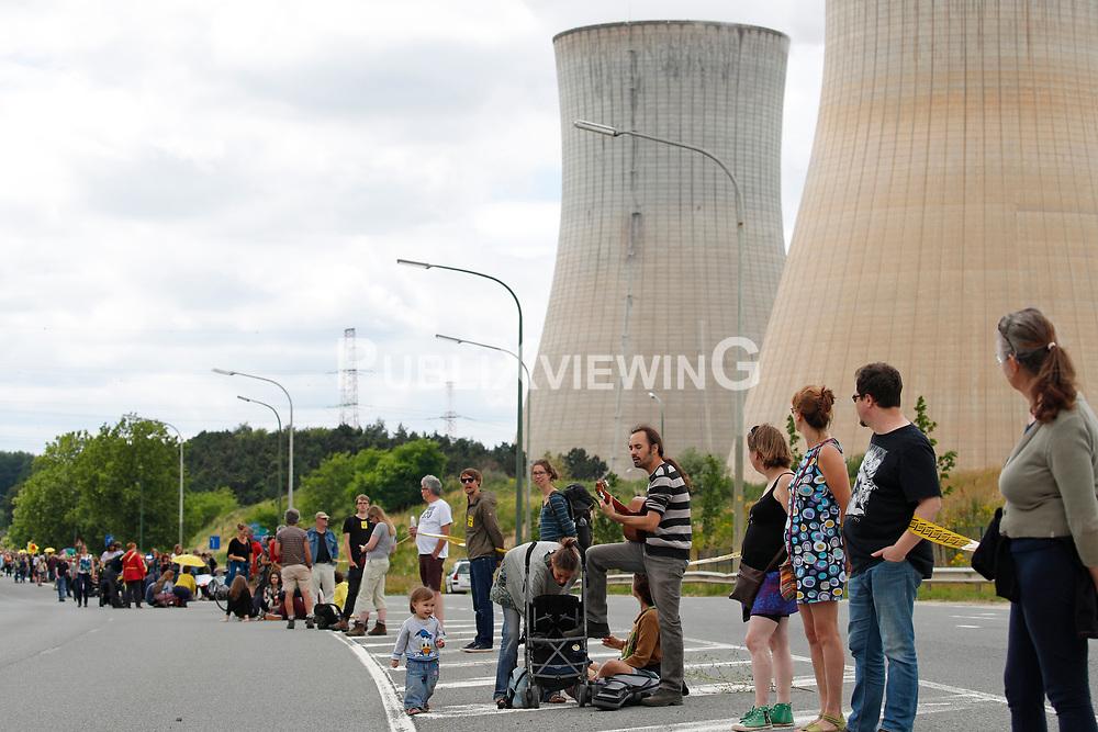 Rund 50.000 Atomkraftgegner aus Belgien, Deutschland und den Niederlanden protestieren mit einer 90 Kilometer langen Menschenkette gegen das AKW Tihange in Belgien. <br /> <br /> Ort: Tihange<br /> Copyright: Andreas Conradt<br /> Quelle: PubliXviewinG