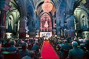 Nederland, Afferden, 4-11-2014In de kerk van dit dorp in de gemeente Maas en Waal wordt de verkiezing van ondernemer van het jaar gehouden. De kerk is vol met lokale en regionale ondernemers. Het is een nieuw gebruik van dit kerkgebouw dat voor 1 euro te koop is. De ruimte is sfeervol verlicht.FOTO: FLIP FRANSSEN/ HOLLANDSE HOOGTE