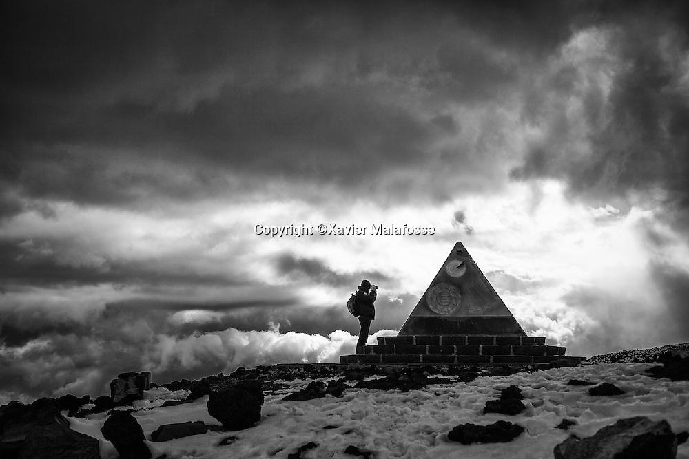Une pyramide comportant des informations d'orientation a proximite du refuge Sapienza.