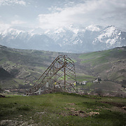 One of the dozens of high voltage pylons collapsed in Abruzzo as a result of landslides and strong winds. It is in fact the hydrogeological instability of Abruzzo one of the adverse conditions in the construction of mega-projects such as the Villanova-Gissi power line.<br /> Roccascalegna (CH)