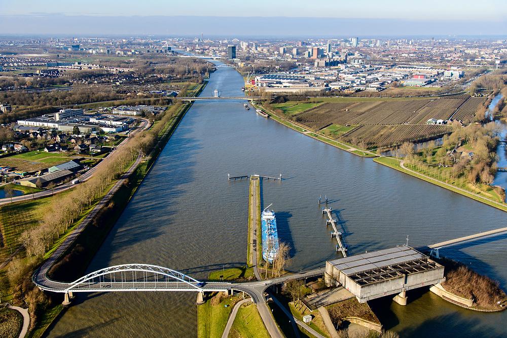 Nederland, Utrecht, Nieuwegein, 07-02-2018; Amsterdam-Rijnkanaal (onder) met plofsluis bij Jutphaas, onderdeel van de Nieuwe Hollandse Waterlinie. De voorziening diende om het kanaal af te kunnen dammen, een explosie met dynamiet zou de inhoud van de betonnen bak - zand en grind - in het kanaal doen belanden. Toenemende scheepvaart leidde er toe dat het kanaal om de sluis heen geleid werd. Lekkanaal links. <br /> 'Plof' sluice, explosion sluice, Dutch defense line; the installation was build to obstruct the canal: explosives would cause the sand and gravel from the concrete reservoirs to fall in the canal.<br /> <br /> luchtfoto (toeslag op standard tarieven);<br /> aerial photo (additional fee required);<br /> copyright foto/photo Siebe Swart<br /> 'Plof' sluice, explosion sluice, Dutch defense line; the installation was build to obstruct the canal: explosives would cause the sand and gravel from the concrete reservoirs to fall in the canal.<br /> <br /> luchtfoto (toeslag op standard tarieven);<br /> aerial photo (additional fee required);<br /> copyright foto/photo Siebe Swart
