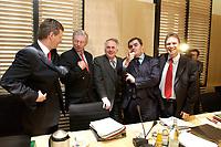 12 DEC 2003, BERLIN/GERMANY:<br /> Christian Wulff, CDU, Ministerpraesident Niedersachsen, und Roland Koch, CDU, Ministerpraesident Hessen, Wolfgang Boehmer, CDU, Ministerpraesident Sachsen-Anhalt, Peter Mueller, CDU, Ministerpraesident Saarland, und Dieter Althaus, CDU, Ministerpraesident Thueringen, (v.L.n.R.), im Gespraech, vor Beginn der Sitzung des Vermittlungsausschusses, Bundesrat<br /> IMAGE: 20031212-01-035<br /> KEYWORDS: Gespräch, Peter Müller, Wolfgang Böhmer