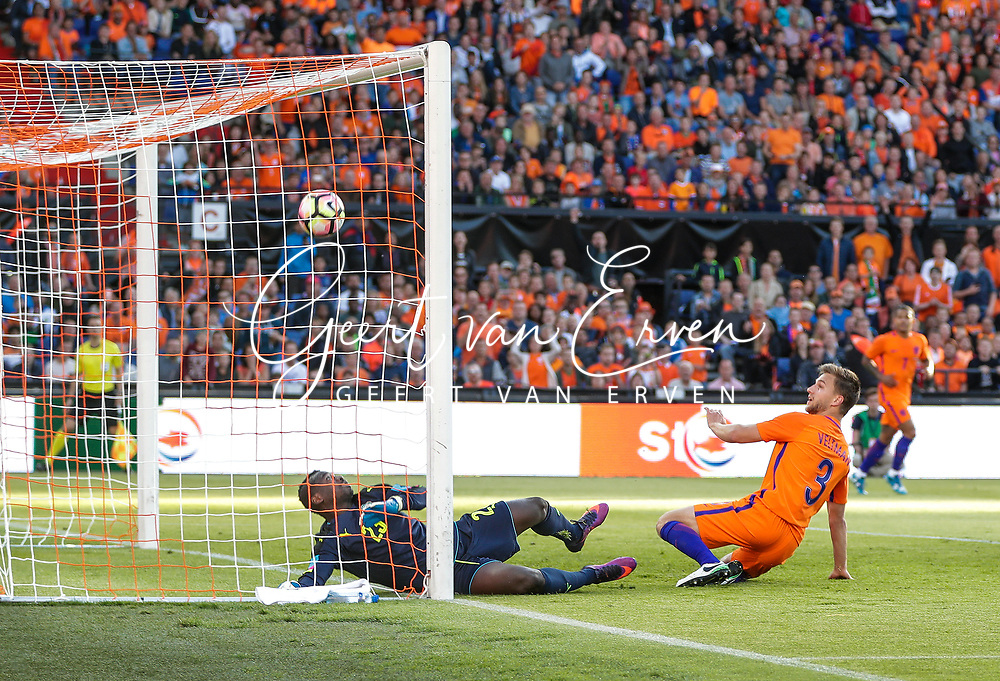 04-06-2017 VOETBAL:NEDERLAND-IVOORKUST:ROTTERDAM<br /> Oranje oefende tegen Ivoorkust vanavond in De Kuip<br /> <br /> Joel Veltman van Oranje (Ajax) passeert Badra Sangare doelman van Ivoorkust <br /> <br /> Foto: Geert van Erven