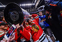 BILDET INNGÅR IKKE I FASTAVTALER<br /> <br /> Ishockey<br /> NHL<br /> Foto: imago/Digitalsport<br /> NORWAY ONLY<br /> <br /> 15 June 2015: Chicago Blackhawks Defenceman Duncan Keith (2) 2958 celebrates with fans and his teammates by hoisting the Stanley Cup over his head in action during game Six of the Stanley Cup Finals between the Tampa Bay Lightning and the Chicago Blackhawks at the United Center, in Chicago, IL. NHL Eishockey Herren USA JUN 15 Stanley Cup Final - Game 6 - Lightning at Blackhawks