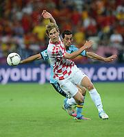 FUSSBALL  EUROPAMEISTERSCHAFT 2012   VORRUNDE Kroatien - Spanien                 18.06.2012 Ivan Strinic (Kroatien) vor Alvaro Arbeloa (Spanien)