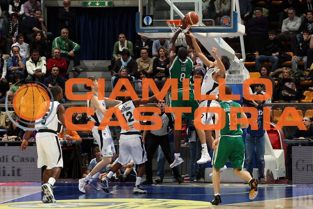 DESCRIZIONE : Bologna Lega A1 2008-09 Gmac Fortutudo Bologna Montepaschi Siena<br /> GIOCATORE : Benjamin Eze<br /> SQUADRA : Montepaschi Siena<br /> EVENTO : Campionato Lega A1 2008-2009<br /> GARA : Gmac Fortitudo Bologna Montepaschi Siena<br /> DATA : 01/03/2009<br /> CATEGORIA : Rimbalzo<br /> SPORT : Pallacanestro<br /> AUTORE : Agenzia Ciamillo-Castoria/L.Villani
