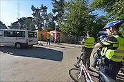 Nederland, the Netherlands, Nijmegen, 2-10-2015 Eerste vluchtelingen arriveren op kamp, tentenkamp Heumensoord, de tijdelijke noodopvang, azc, van het COA. Vandaag komen er 300, later dit weekend wordt het tot 800 aangevuld. In totaal komt er plaats voor 3000 asielzoekers. Zij werden vooral welkom geheten door jongeren. Politie hield een oogje in het zeil. FOTO: FLIP FRANSSEN