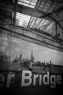 London. UK. Tower bridge house in Tower hill district mirror tower / Londres . Grande Bretagne