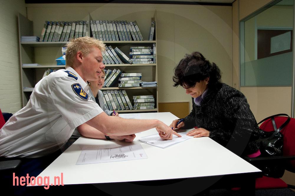 Cees Elzenga / Hollandse Hoogte Nederland  Enschede 01-06-2010 Speciaal voor burgers van de gemeente enschede organiseert de DCW een Taalmarkt. Inburgeraars kunnen dan in de praktijk gesprekken oefenen zoals die ook tijdens het inburgeringsexamen getoetst worden. Tijdens de taalmarkt komen een wijkagent, ambtenaren, medewerkers van het stadskantoor en o.a. een verzekeringsagent
