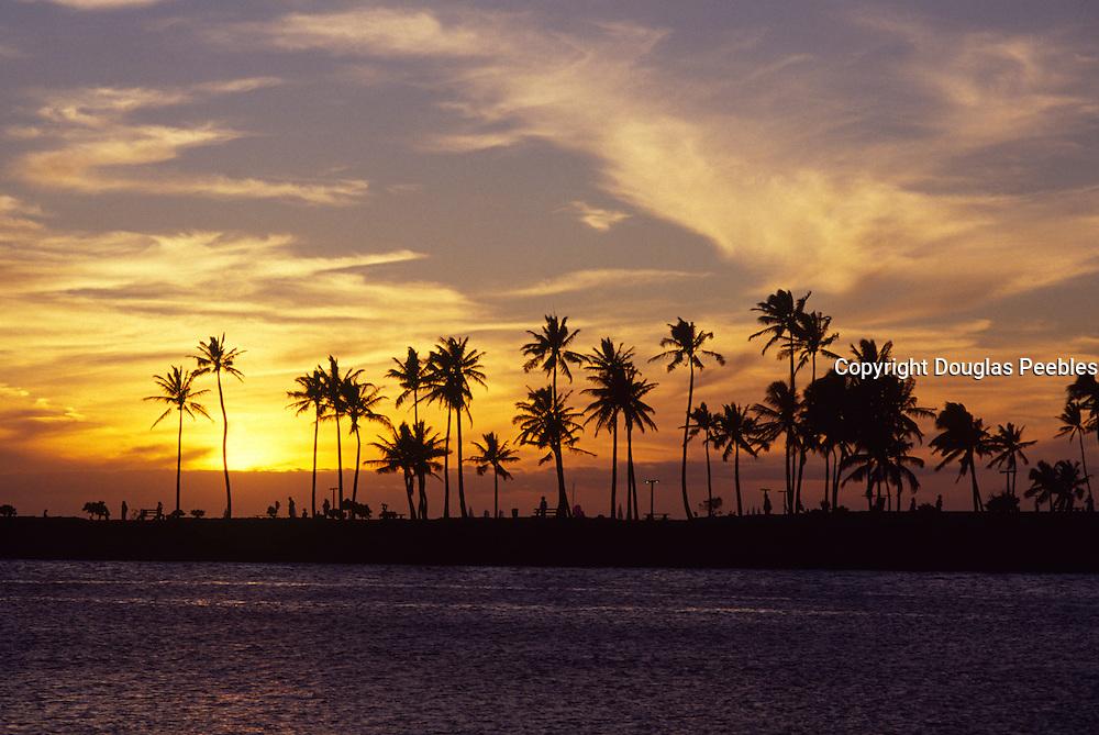 Sunset, Ala Moana Beach Park, Waikiki, Oahu, Hawaii<br />
