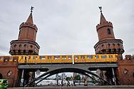 Berlino 16  Settembre 2013<br />  Un treno della metropolitana attraversa la Oberbaumbr&uuml;cke. L' Oberbaumbr&uuml;cke &egrave; un ponte di Berlino a due livelli sul fiume Sprea. Unisce i quartieri di Berlino (Ortsteil) di Friedrichshain e Kreuzberg dal 2001 riuniti nello stesso distretto (Bezirk) di Friedrichshain-Kreuzberg.<br /> An U-Bahn train crosses the Oberbaum Bridge. The Oberbaum Bridge (German: Oberbaumbr&uuml;cke) is a double-deck bridge crossing Berlin's River Spree, considered one of the city landmarks. It links Friedrichshain and Kreuzberg, former boroughs that were divided by the Berlin Wall, and has become an important symbol of Berlin&rsquo;s unity.