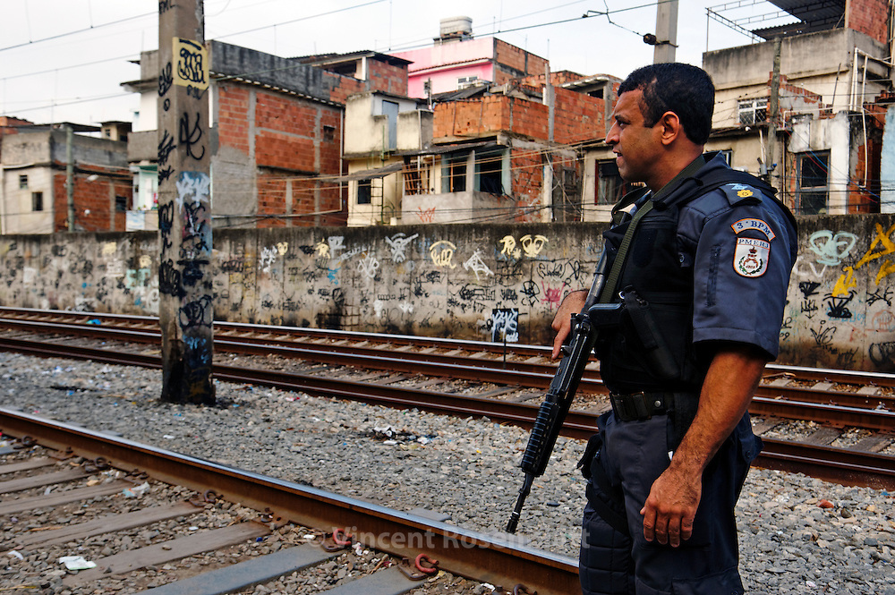 Jacarézinho Favela, North Zone of Rio de Janeiro. Military police and social workers of the City looking for crack users in the early morning to take them to a selection center. Minors will be directed to detention rehab centers. Military police and social workers of the City looking for crack users in the early morning to take them to a selection center. Minors will be directed to detention rehab centers.  // Favela Jacarézinho, Zona Norte de Rio. La police militaire et les assistants sociaux de la Mairie recherchent les usagers de crack au petit matin, pour les emmener dans un centre de tri. Les mineurs seront dirigés vers des centres fermés.
