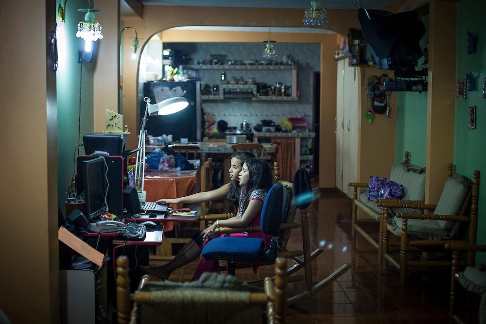 """Yuliana Viloria y su prima, Valentina Mussett juegan con la computadora en el sector """"Caja de Agua"""". Gracias a FundaHigado, Yuliana recibió un trasplante de higado que le permite disfrutar de la vida. Punto Fijo, Venezuela 26 y 27 Oct. 2012. (Foto/ivan gonzalez)"""