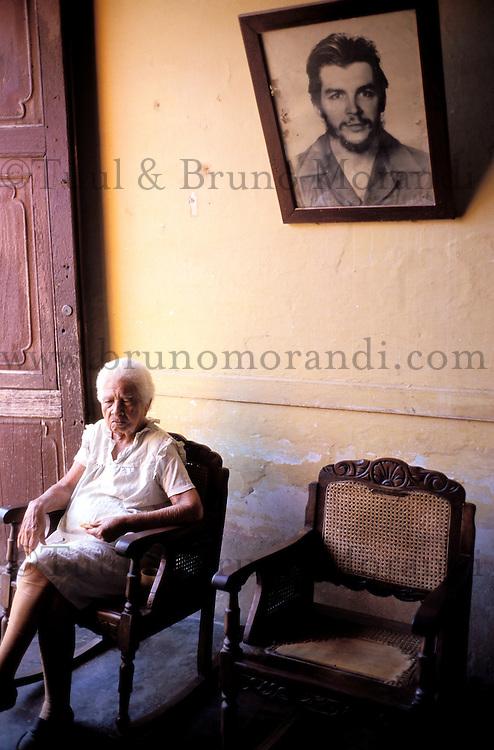 Cuba, Province de Sancti Spiritus, Trinidad, Patrimoine mondial de l'UNESCO, Femme dans son appartement avec portrait du Che Guevara // Cuba, Region of Sancti Spiritus, Trinidad, World heritage of UNESCO, woman at home