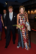 Koning Willem-Alexander en koningin Maxima zijn aanwezig bij de  premierevoorstelling Ode aan de Meester, een eerbetoon aan choreograaf. <br /> <br /> King Willem-Alexander and Queen Maxima are present at the premiere performance Ode aan de Meester, a tribute to choreographer.<br /> <br /> Op de foto / On the photo:  Koning Willem-Alexander en koningin Maxima komen aan bij het Nationale Opera & Ballet <br /> <br /> King Willem-Alexander and Queen Maxima arrive at the National Opera & Ballet