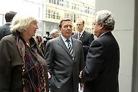 """13 APR 2005, BERLIN/GERMANY:<br /> Renate Schmidt (L), SPD, Bundesfamilienministerin, Gerhard Schroeder (M), SPD, Bundeskanzler, und Dieter Hundt (R), Praesident Bundesvereinigung der Deutschen Arbeitgeberverbaende, BDA, im Gespraech, nach Schroeders Rede auf der Konferenz """"Familie - ein Erfolgsfaktor fuer die Wirtschaft"""", Haus der Deutschen Wirtschaft<br /> IMAGE: 20050413-02-035<br /> KEYWORDS: Gerhard Schröder, Gespräch"""