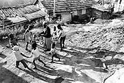 Líder comunitária brinca com crianças no morro do Preto Forro em Engenho Novo, no Rio de Janeiro.Community leader plays with children in Preto Lining's hill in New Mill, in Rio de Janeiro