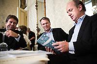 """Nederland. Den Haag, 1 juni 2007. <br /> De Commissie-Vreeman presenteert haar rapport over de gang van zaken die heeft geleid tot verlies van negen Kamerzetels bij de Tweede-Kamerverkiezingen van 2006 . """"De scherven opgeveegd."""". Voor aanvang bekiken interim voorzitter Ruud koole, Wouter Bos en Jacques Tichelaar de voorkant van het rapport.<br /> Foto Martijn Beekman NIET VOOR TROUW, AD, TELEGRAAF, NRC EN HET PAROOL"""