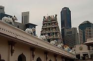 Singapore: Chinatown Al di ò della strada il Tempio di Sri Mariamman  è il più antico tempio indù di Singapore