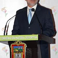 Toluca, México.-Emilio González Márquez, gobernador de Jalisco, durante la firma de convenio en materia deportiva entre el Estado de México y Jalisco. Agencia MVT / Arturo Rosales Chávez. (DIGITAL)