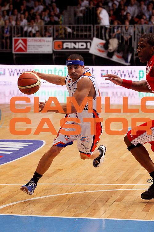 DESCRIZIONE : Cantu Lega A1 2007-08 Tisettanta Cantu Scavolini Spar Pesaro<br /> GIOCATORE : DaShaun Wood<br /> SQUADRA : Tisettanta Cantu<br /> EVENTO : Campionato Lega A1 2007-2008<br /> GARA : Tisettanta Cantu Scavolini Spar Pesaro<br /> DATA : 02/03/2008<br /> CATEGORIA : Palleggio<br /> SPORT : Pallacanestro<br /> AUTORE : Agenzia Ciamillo-Castoria/G.Cottini
