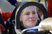 Christien Veelenturf is blij na haar eerste succesvolle run in de VeloX4. Ze rijdt 104,5 km/h. Het Human Power Team Delft en Amsterdam (HPT), dat bestaat uit studenten van de TU Delft en de VU Amsterdam, is in Amerika om te proberen het record snelfietsen te verbreken. Momenteel zijn zij recordhouder, in 2013 reed Sebastiaan Bowier 133,78 km/h in de VeloX3. In Battle Mountain (Nevada) wordt ieder jaar de World Human Powered Speed Challenge gehouden. Tijdens deze wedstrijd wordt geprobeerd zo hard mogelijk te fietsen op pure menskracht. Ze halen snelheden tot 133 km/h. De deelnemers bestaan zowel uit teams van universiteiten als uit hobbyisten. Met de gestroomlijnde fietsen willen ze laten zien wat mogelijk is met menskracht. De speciale ligfietsen kunnen gezien worden als de Formule 1 van het fietsen. De kennis die wordt opgedaan wordt ook gebruikt om duurzaam vervoer verder te ontwikkelen.<br /> <br /> Christien Veelenturf is happy after her first succesfull run in the VeloX4. She rides 64,95 mph. The Human Power Team Delft and Amsterdam, a team by students of the TU Delft and the VU Amsterdam, is in America to set a new  world record speed cycling. I 2013 the team broke the record, Sebastiaan Bowier rode 133,78 km/h (83,13 mph) with the VeloX3. In Battle Mountain (Nevada) each year the World Human Powered Speed Challenge is held. During this race they try to ride on pure manpower as hard as possible. Speeds up to 133 km/h are reached. The participants consist of both teams from universities and from hobbyists. With the sleek bikes they want to show what is possible with human power. The special recumbent bicycles can be seen as the Formula 1 of the bicycle. The knowledge gained is also used to develop sustainable transport.