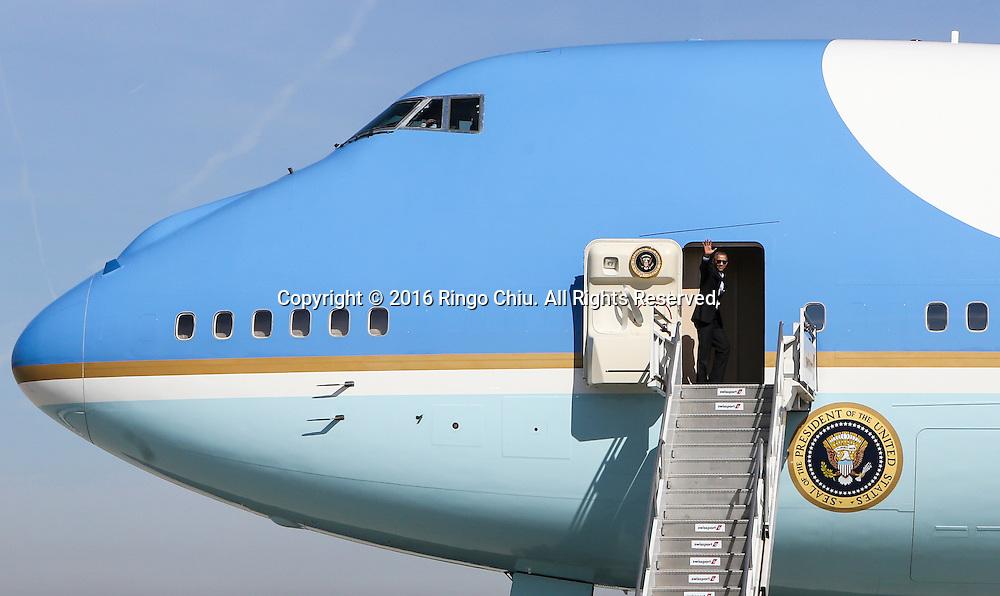 2月12日,在加州洛杉矶国际机场, 美国总统奥巴马登上空军一号前往兰丘米拉奇(Rancho Mirage)「阳光之乡」安纳伯格庄会同国务卿约翰&middot;克里出席下星期一、二举行的美国与东盟峰会。白宫形容这项美国总统与东盟十国领袖的首次峰会为史无前例,指此举将进一步推展奥巴马「重新平衡」美国对亚洲外交政策。新华社发(赵汉荣摄)<br /> President Barack Obama, waves as he boards Air Force One at Los Angeles International Airport in Los Angeles, Friday, Feb 12, 2016, en route to Palm Springs in advance of a summit of Asian leaders on Monday and Tuesday, which the president will host at Sunnylands resort in Rancho Mirage. Obama will be joined by Secretary of State John Kerry at Sunnylands for the gathering of leaders from the Association of Southeast Asian Nations. The summit is aimed at strengthening the new U.S.-ASEAN strategic partnership, forged last November during a presidential trip to Malaysia. (Xinhua/Zhao Hanrong)(Photo by Ringo Chiu/PHOTOFORMULA.com)<br /> <br /> Usage Notes: This content is intended for editorial use only. For other uses, additional clearances may be required.