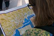 Touristin mit Stadtplan, Unterstadt, Sanremo, Riviera, Ligurien, Italien | tourist with citymap, Sanremo, Riviera, Liguria, Italy