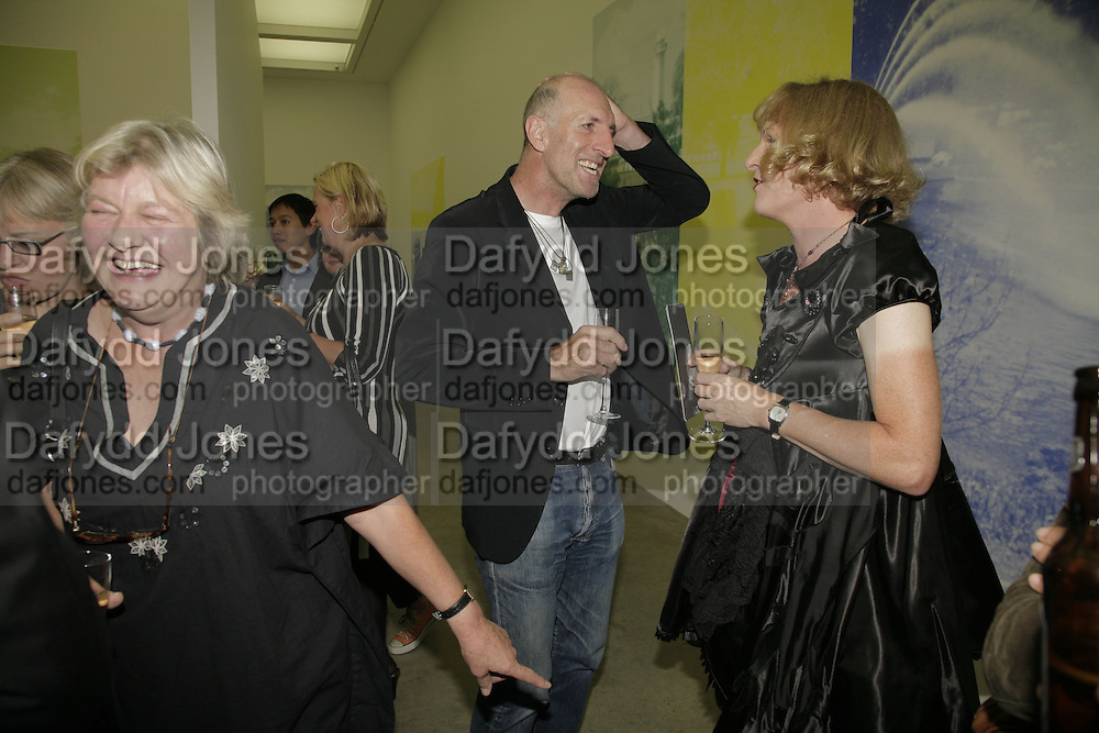 LYNN BARBER, RICHARD STRANGE AND GRAYSON PERRY , Johnnie Shand Kydd:  book launch party celebrate the publication of Crash.White Cube. Hoxton sq. London. 18 September 2006. ONE TIME USE ONLY - DO NOT ARCHIVE  © Copyright Photograph by Dafydd Jones 66 Stockwell Park Rd. London SW9 0DA Tel 020 7733 0108 www.dafjones.com