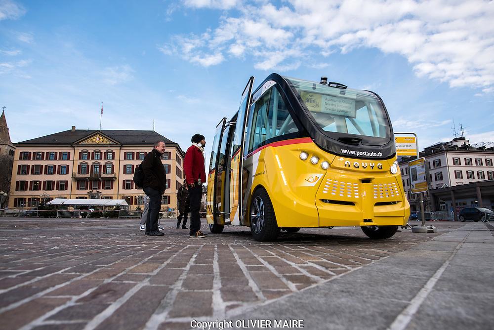 Pr&eacute;paration de la navette sans chauffeur par CarPostal le mardi 15 d&eacute;cembre 2015 sur la Place de la Planta &agrave; Sion.<br /> (PHOTO-GENIC.CH/ OLIVIER MAIRE)