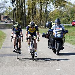 02-05-2015: Wielrennen: Ronde van Overijssel mannen: Rijssen  <br />RIJSSEN (NED) wielrennen:  De 63e ronde van Overijssel heeft als zwaarte punt de heuveltjes rond Ootmarsum en de Sallandse heuvelrug. Net als in de ronde van Vlaanderen kent men in Overijssel het dorp van de ronde. In 2015 is de eer aan Markelo.<br />Jasper Hamelink en Kobus Herijgers ontsnapten richting Markelo waar Hamelink de sprint van het dorp van de ronde won