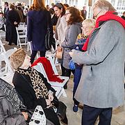 NLD/Amsterdam/20160515 - Nationaal Holocaust museum opent met schilderijen Jeroen Krabbé, Jeroen en partner Herma in gesprek
