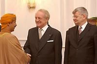 15 JAN 2003, BERLIN/GERMANY:<br /> Johannes Rau (M), Bundespraesident, und Joschka Fischer (R), B90/Gruene, Bundesuassenminister, waehrend dem Neujahrsempfang des Bundespraesidenten fuer das Diplomatische Korps im Schloss Bellevue<br /> IMAGE: 20030115-02-003<br /> KEYWORDS: Diplomaten, Bundespräsident