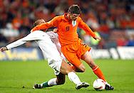 17-10-2007: Voetbal: Nederland-Slovenie: Eindhoven<br /> Klaas Jan Huntelaar in duel met Bostjan Cesar<br /> Foto: Geert van Erven