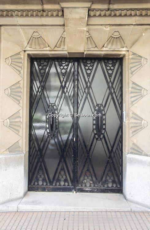 France. Paris. 16th district.  door 3,5,7 rue raffet 75016       / Porte 3,5,7 rue raffet 75016 /  fer forgé géométrique.