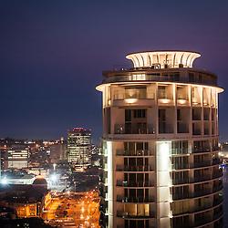 A baixa da cidade de Luanda ao cair da noite. Em destaque a Torre Ambiente, BNA, BPC, Torres Atlántico e Sonangol