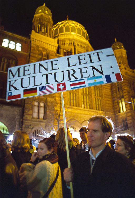 Germany -. Deutschland<br /> 9. November 2000: Demonstration von ca. 200 Tsd. Menschen  gegen Antisemitismus Rassismus und Fremdenfeindlichkeit. &quot;Wir stehen auf f&uuml;r<br /> Menschlichkeit und Toleranz&quot; <br /> Hier: vor der Synagoge in der Oranienburger Strasse- ein demonstrant zeigt seine Sicht auf das Thema Deutsche Leitkultur...<br /> DEMONSTRATION against Racisms and Xenophobia of 200<br /> thousand people in centre of Berlin _ HERE: in front of the<br /> Synagoge...<br /> &copy;  christian  JUNGEBLODT.